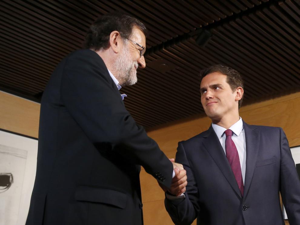 Rajoy y Rivera se saludan antes de comenzar la reunión.