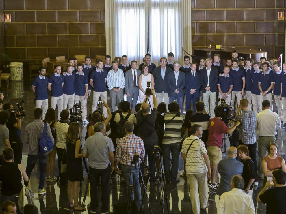 La plantilla del Real Zaragoza, en la foto de familia en la recepción en el ayuntamiento de la ciudad.