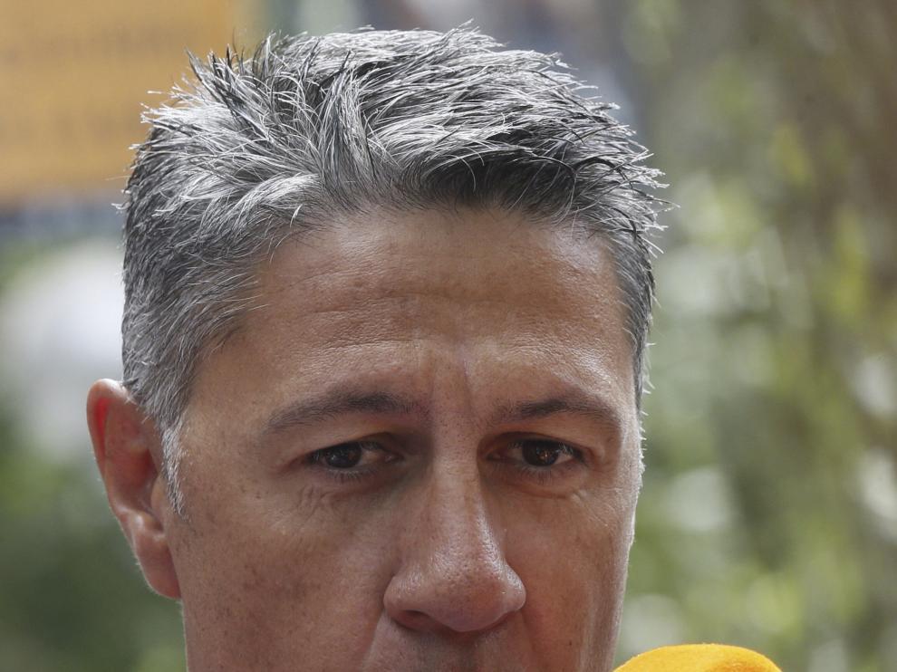 Xavier García Albiol atendiendo a los medios de comunicación.