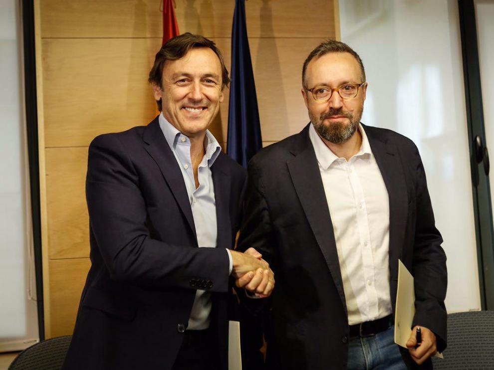 Rafael Hernando y Juan Carlos Girauta tras la firma en el Congreso del pacto anticorrupción.