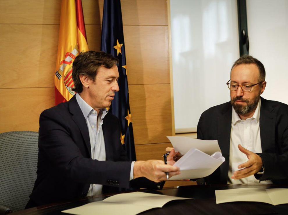 Rafael Hernando y Juan Carlos Girauta han firmado en el Congreso el pacto anticorrupción.