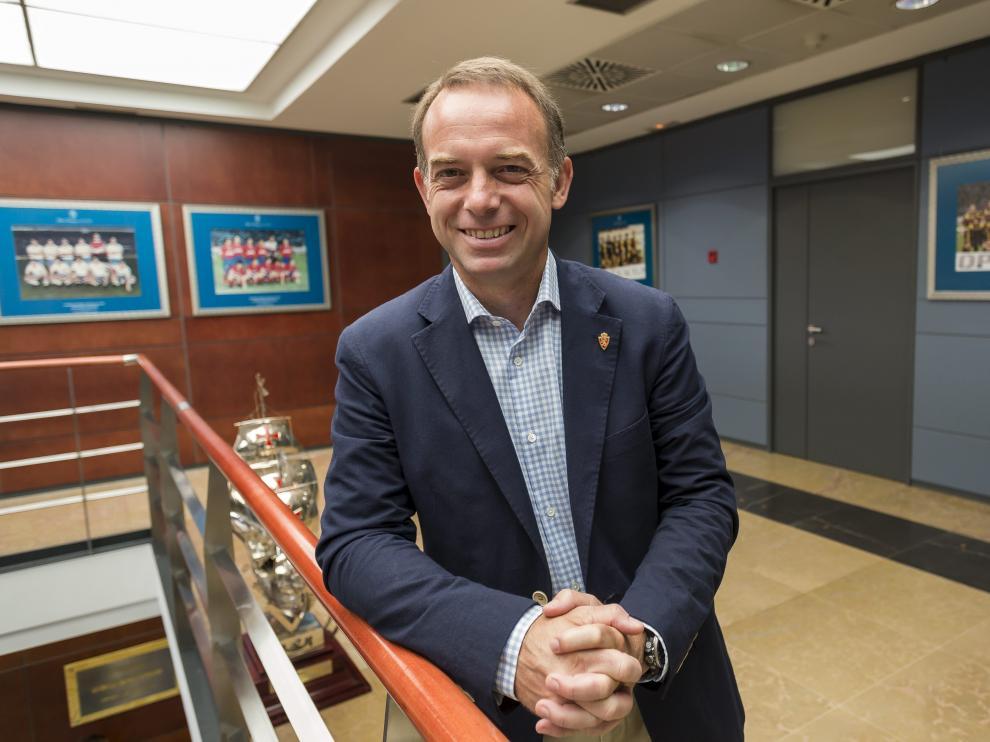 Christian Lapetra, presidente del Real Zaragoza, sonriente en las oficinas del club.
