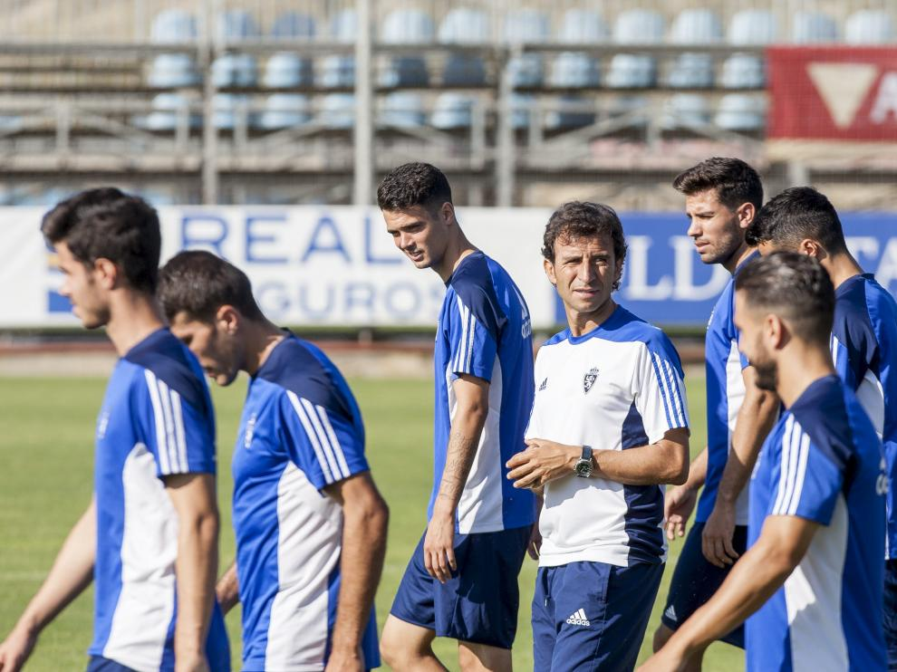 Luis Milla con los jugadores durante el entrenamiento de este viernes en la Ciudad Deportiva.