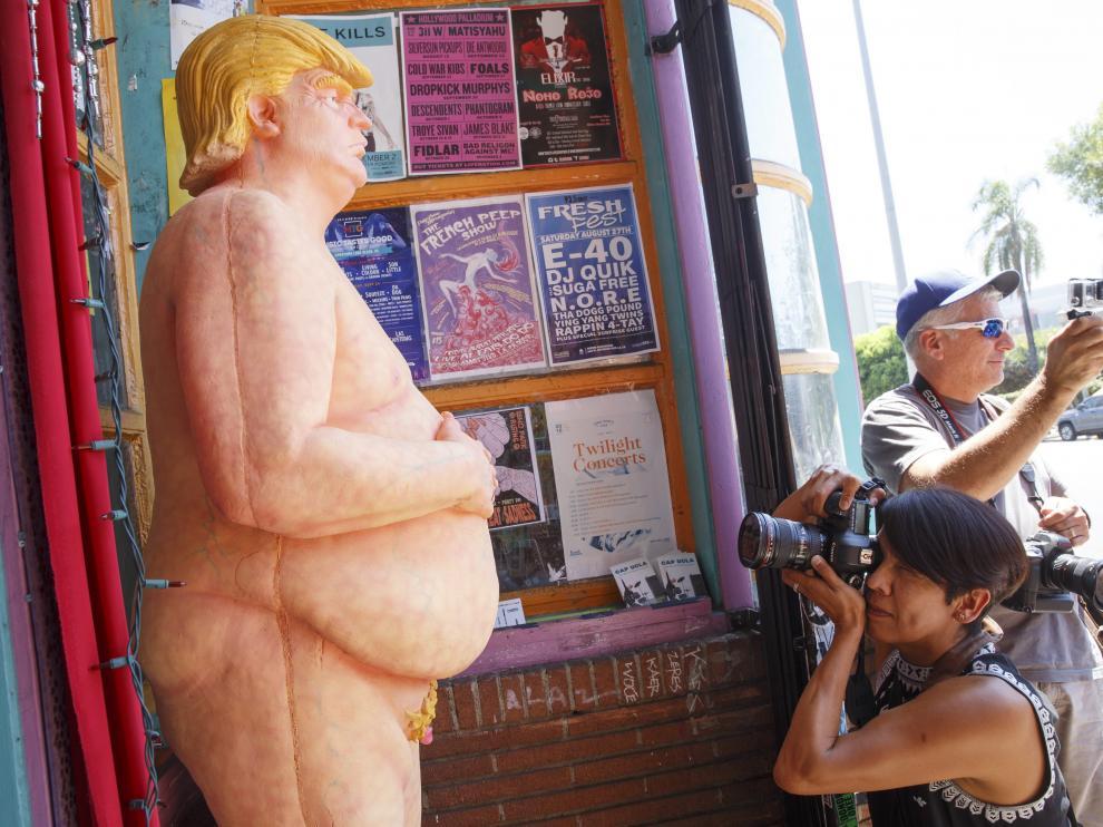 Una de las esculturas de Trump