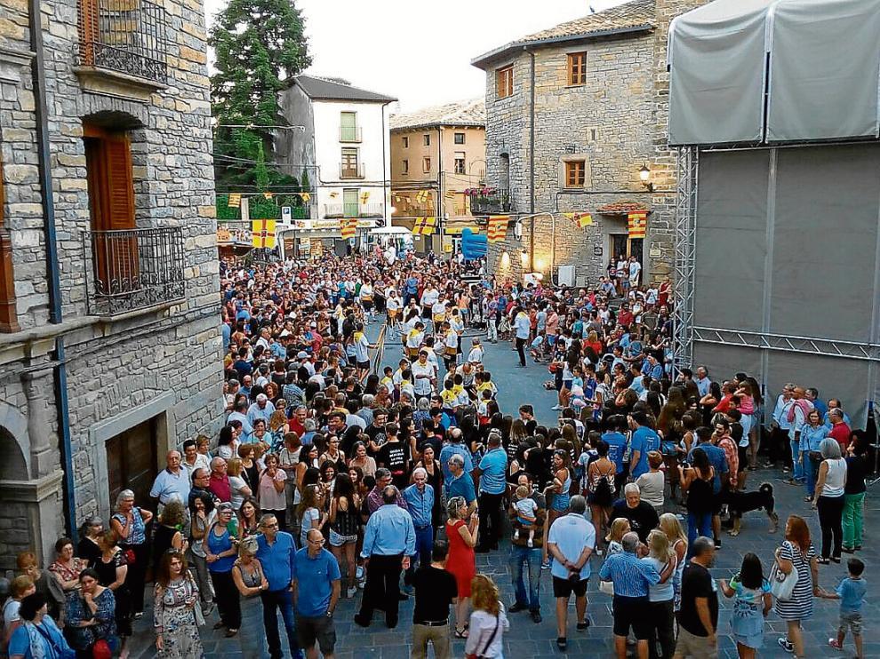 Vecinos de la localidad se reunieron en la plaza durante el paloteau y el pregón.