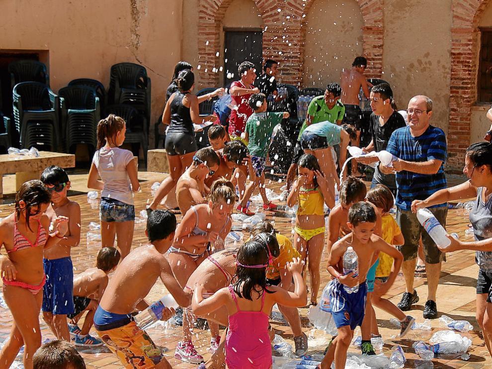 Los vecinos de La Mata comenzaron las fiestas con una gaseosada tras el chupinazo.