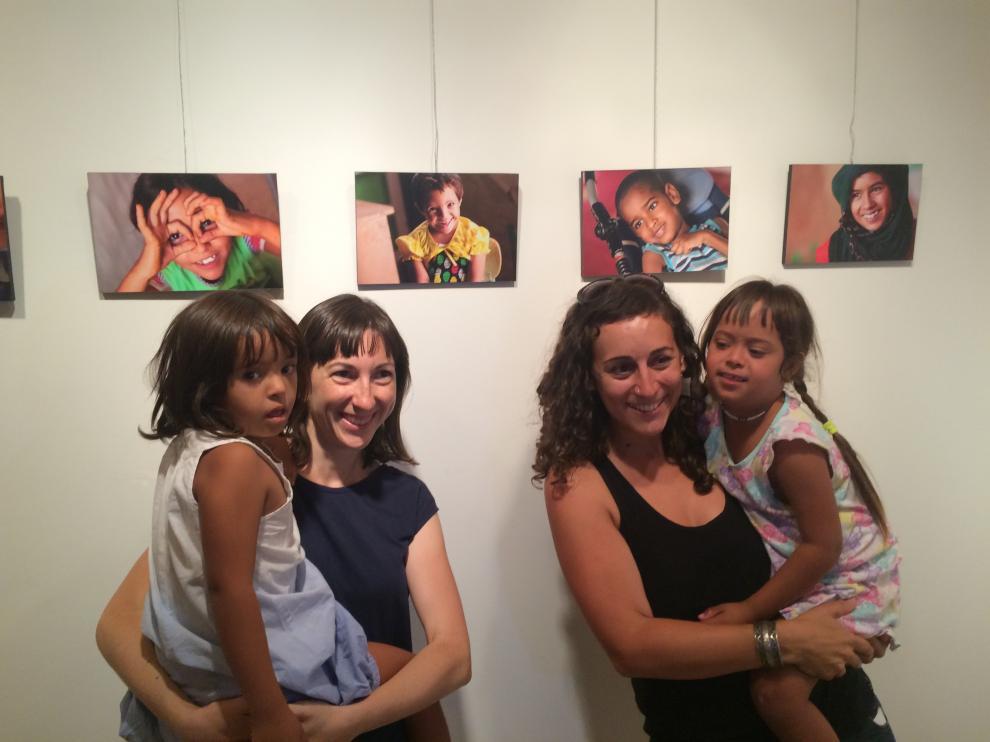 María José Sánchez, de Alouda, y la fotógrafa Esther Naval, este viernes en la inauguración de la muestra.