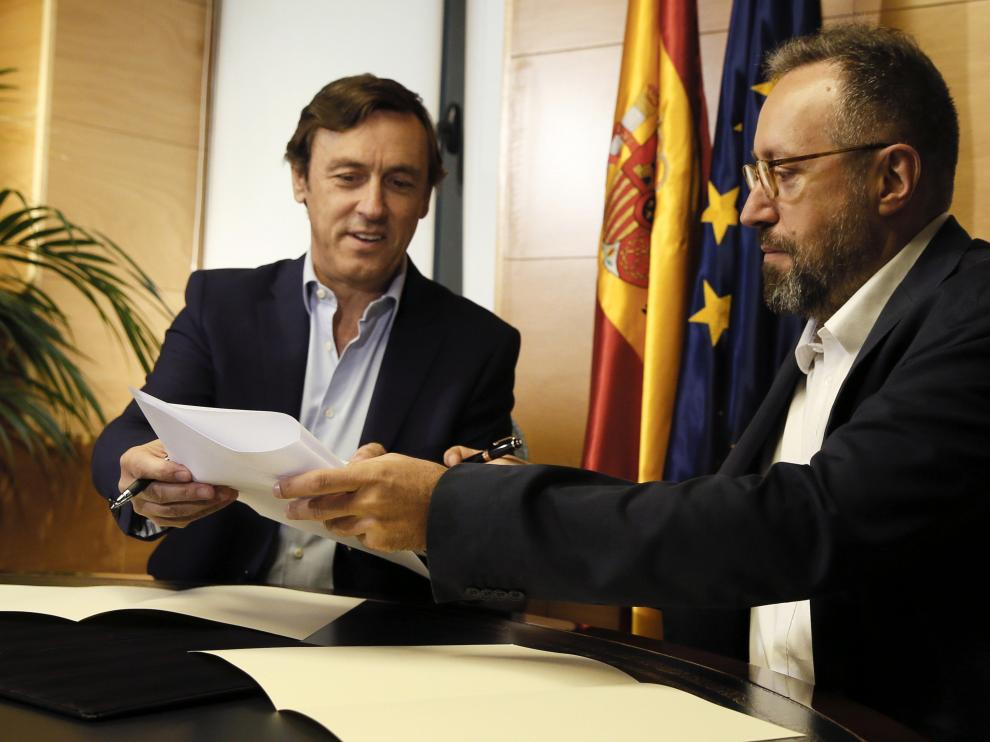 Los portavoces parlamentarios del PP, Radael Hermando (i) y de Ciudadanos, Juan Carlos Girauta (d), durante la firma en el Congreso del pacto anticorrupción.