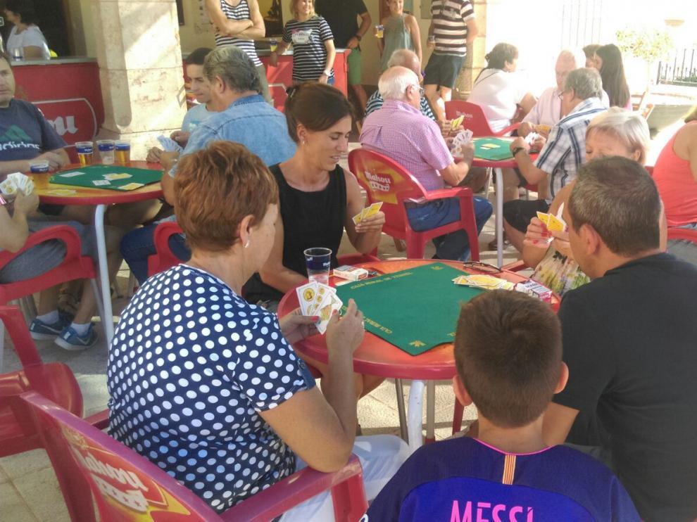 Vecinos de Concud durante el concurso de guiñote.