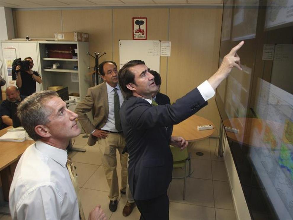 El consejero de Fomento y Medio Ambiente, Juan Carlos Suárez Quiñones, acudió al Centro Provincial de Mando de Incendios en su visita a la provincia de Soria.