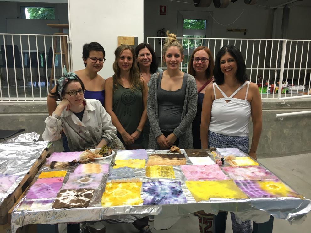 Una de las sesiones del taller de arte textil, en La Harinera