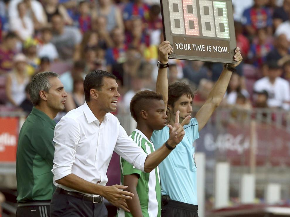 Poyet da instrucciones en la banda del Camp Nou.