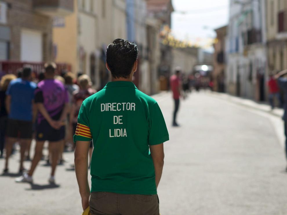 Un director de lidia, debidamente identificado, en un encierro en El Burgo.