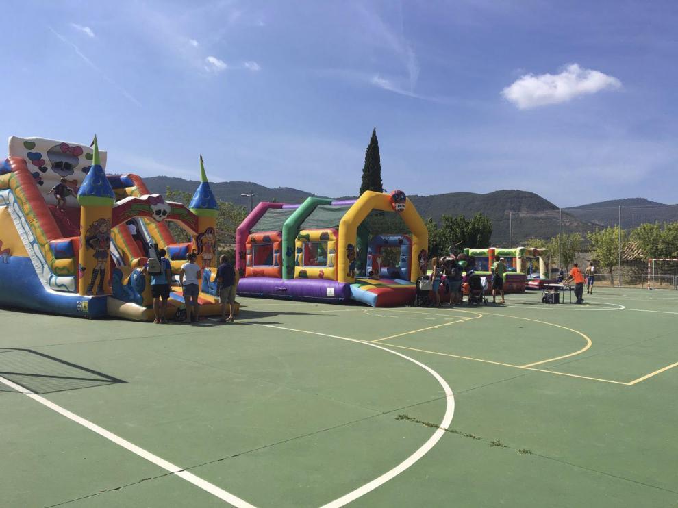 Los más pequeños disfrutaron con el parque de hinchables en Lascuarre.