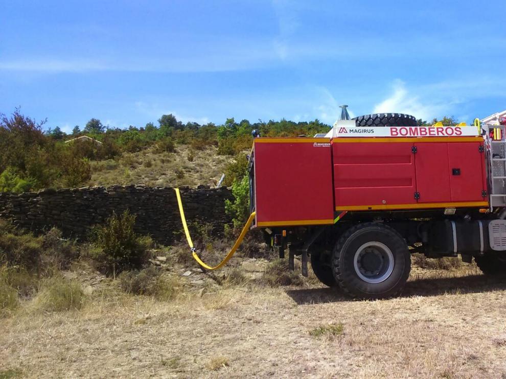Un camión cisterna de la Comarca de la Jacetania abastecía el viernes el depósito de Lastiesas Altas.