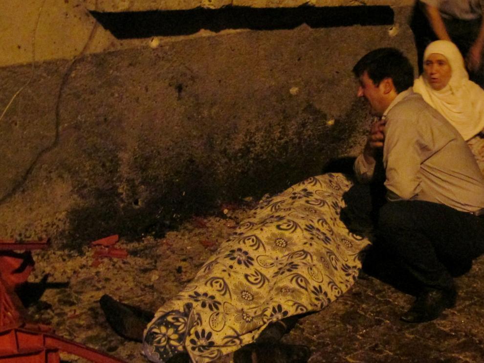 Una pareja llora ante el cuerpo de una de las personas fallecidas en el ataque.