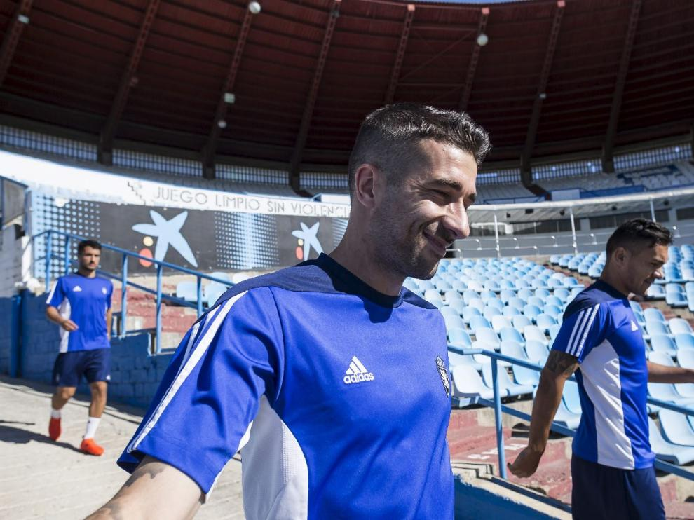 Marcelo Silva, junto a Cani (con Casado detrás), baja la rampa de vestuarios de La Romareda antes de empezar el entrenamiento de este domingo, el último antes del debut liguero ante el UCAM Murcia.