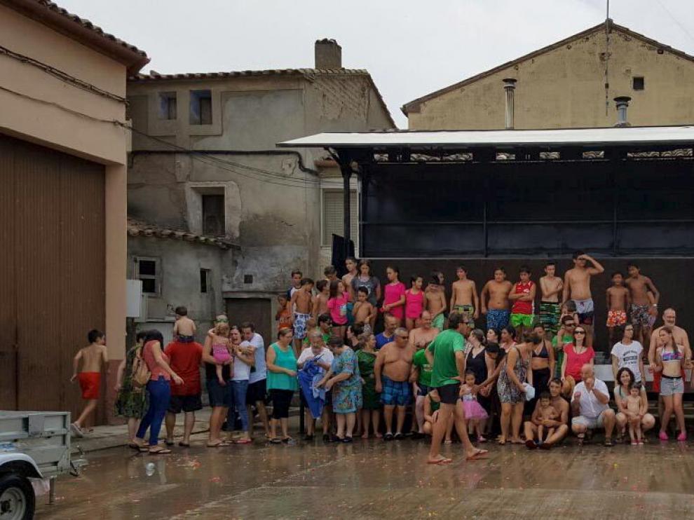 Los vecinos de Cofita posaron para la fotografía tras finalizar la batalla de globos de agua.