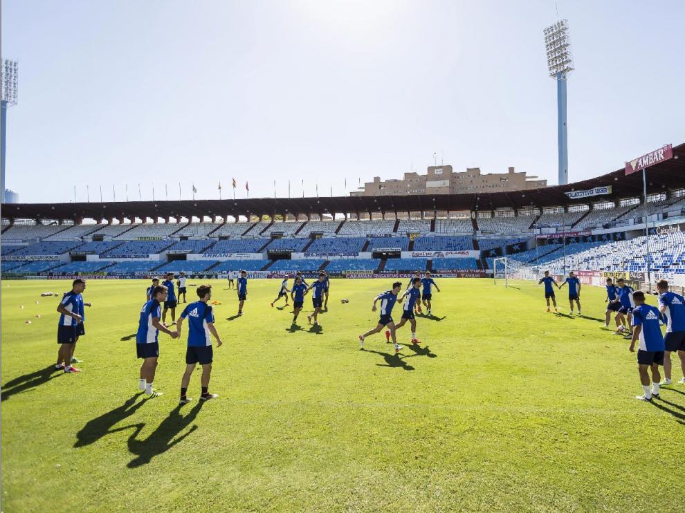 La plantilla del Real Zaragoza, durante el último ensayo llevado a cabo en La Romareda en la matinal del domingo, a 24 horas del estreno ante el UCAM Murcia.