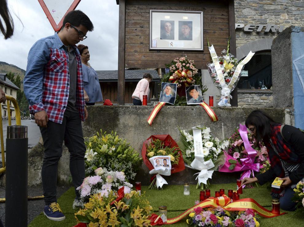 Unos jóvenes depositan flores y velas en recuerdo de Irene Fernández y José Ángel de Jesús.