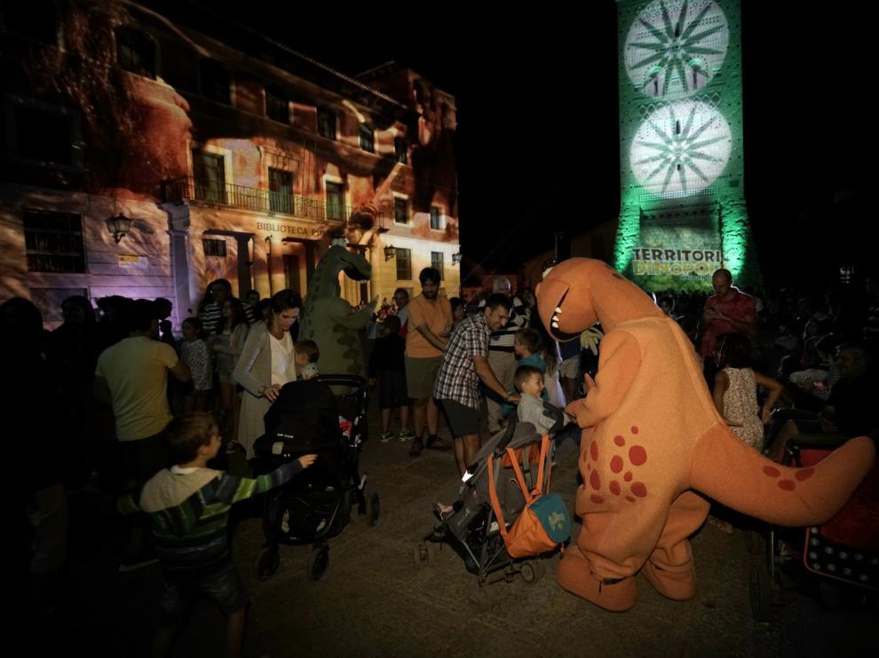 Las mascotas de Dinópolis –en la foto– animaron anoche la plaza del Seminario.