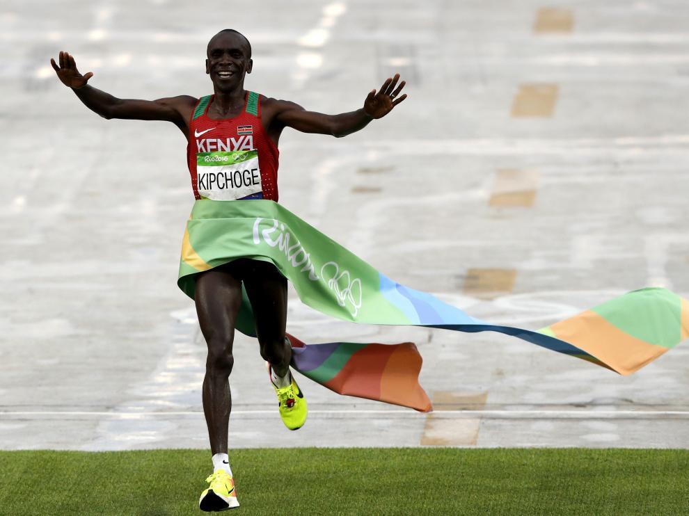El atleta keniata Eliud Kipchoge gana la maratón de Río