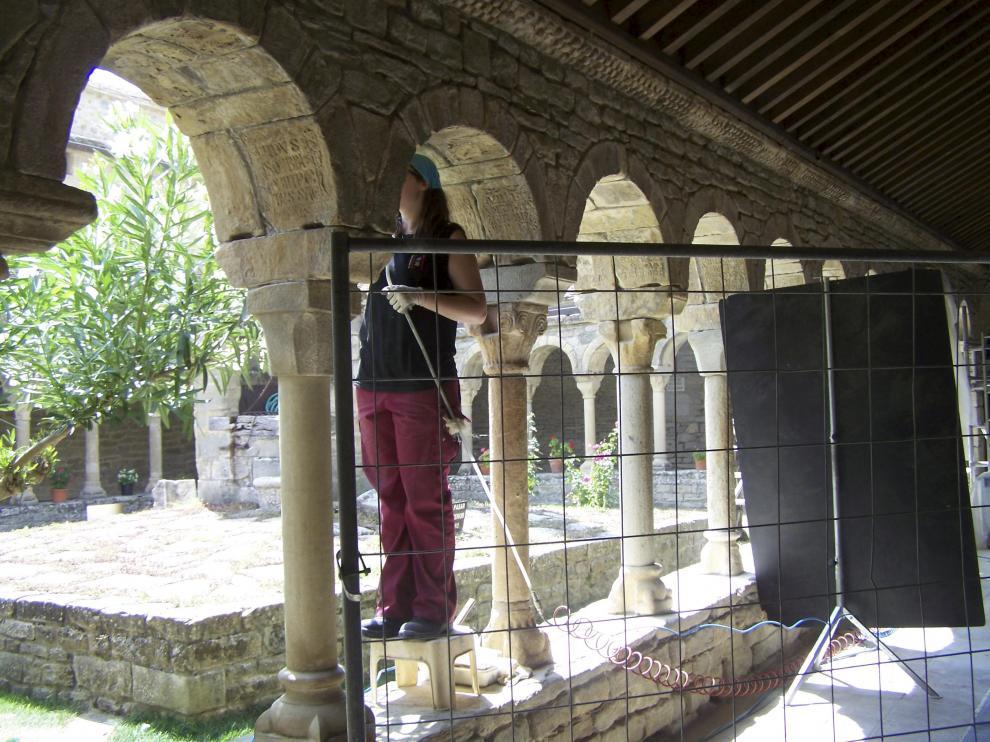 Una restauradora realiza trabajos de recuperación en el claustro de la antigua catedral de Roda.