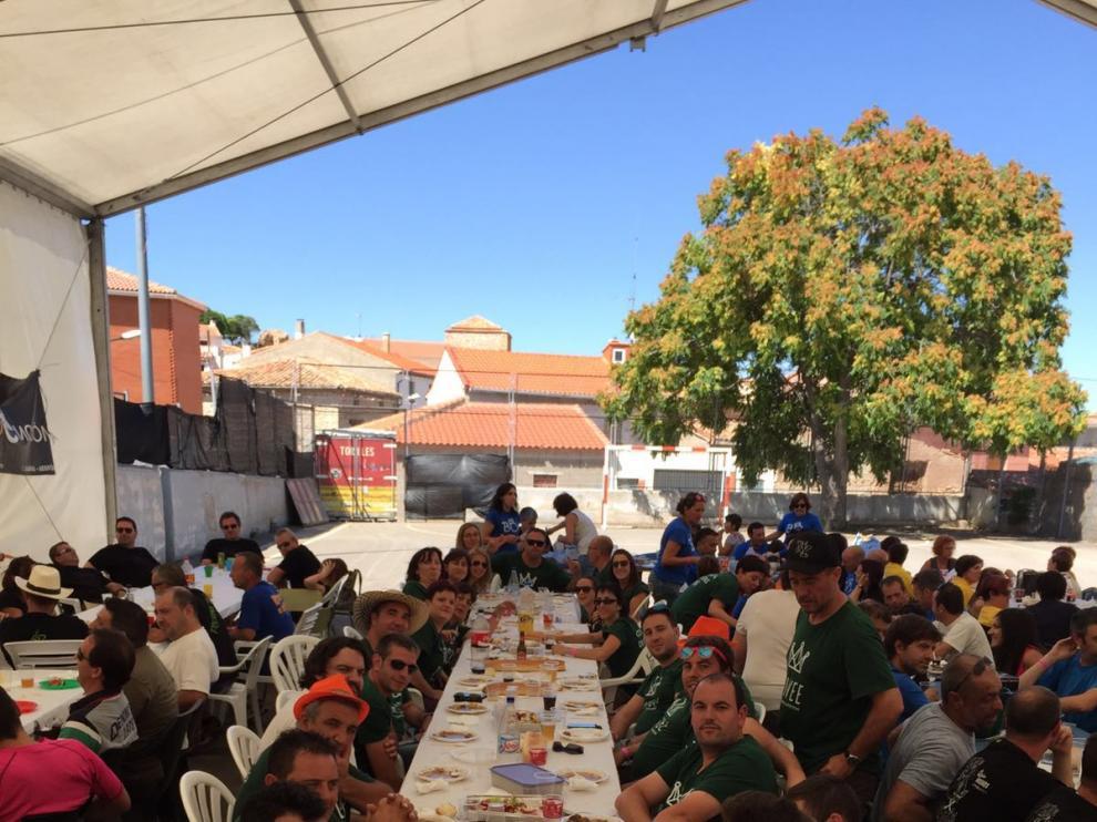 Los vecinos de Ojos Negros celebraron juntos una comida popular en las escuelas.