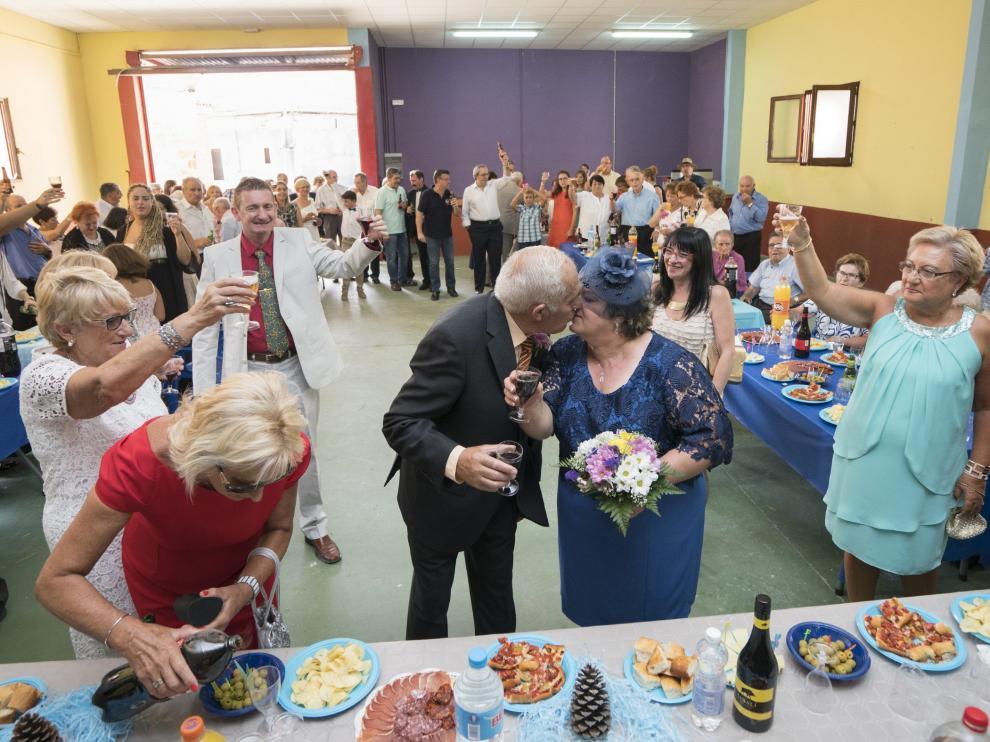 La pareja de recién casados durante el brindis que los vecinos de Santa Cruz de Nogueras hicieron en su honor
