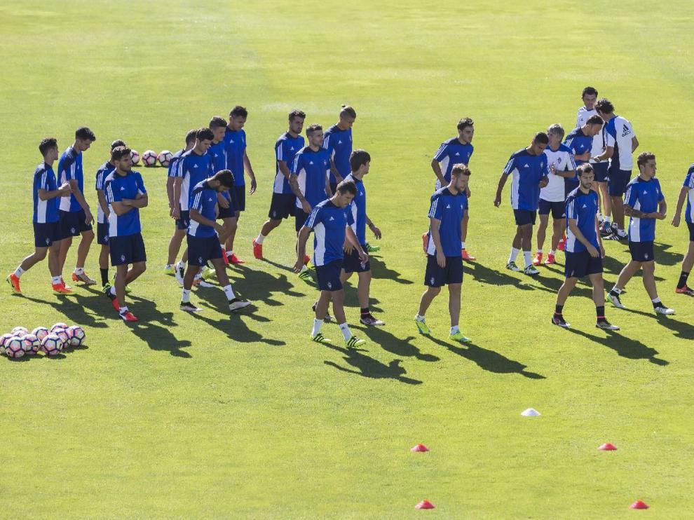 Los jugadores del Real Zaragoza, al inicio del último entrenamiento de la semana, en la mañana de este domingo en La Romareda.