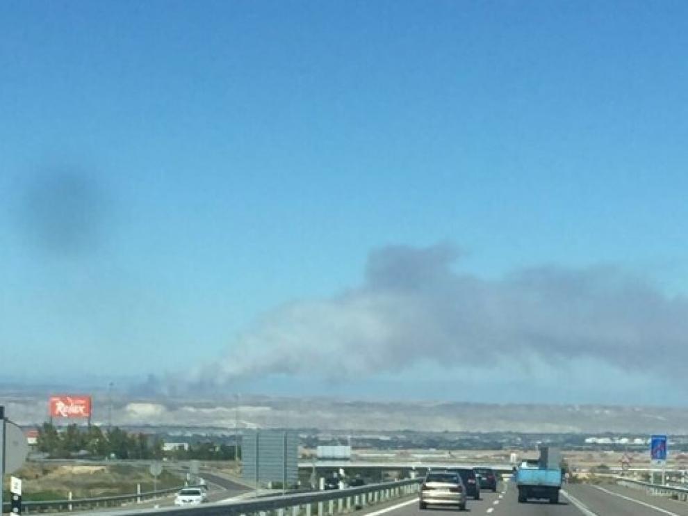 La intensa columna de humo ha alertado a los vecinos de Zaragoza