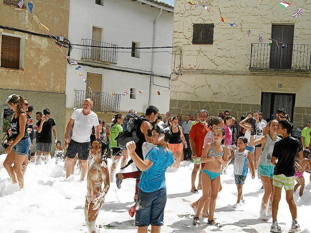 Los más pequeños de Torrevellila celebran el inicio de los festejos pasados por agua.