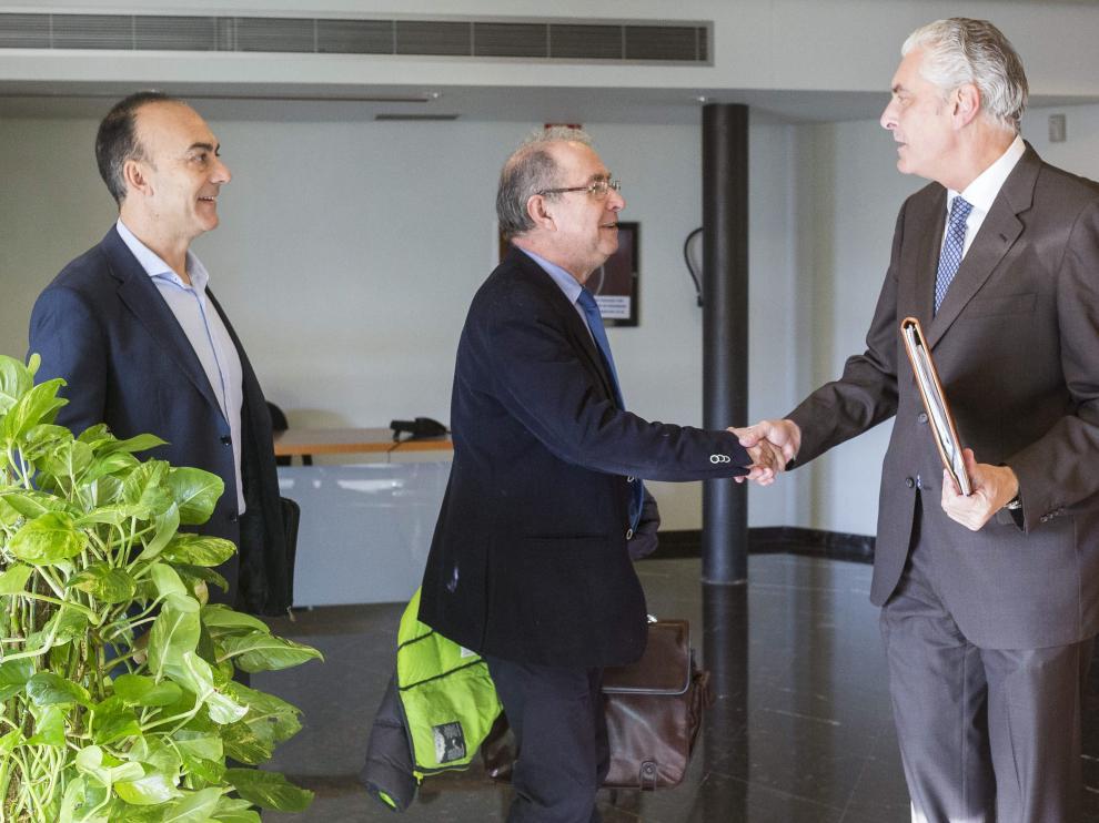 Fernando Gimeno, en el centro, saluda al portavoz de Hacienda del PP, Antonio Suárez.