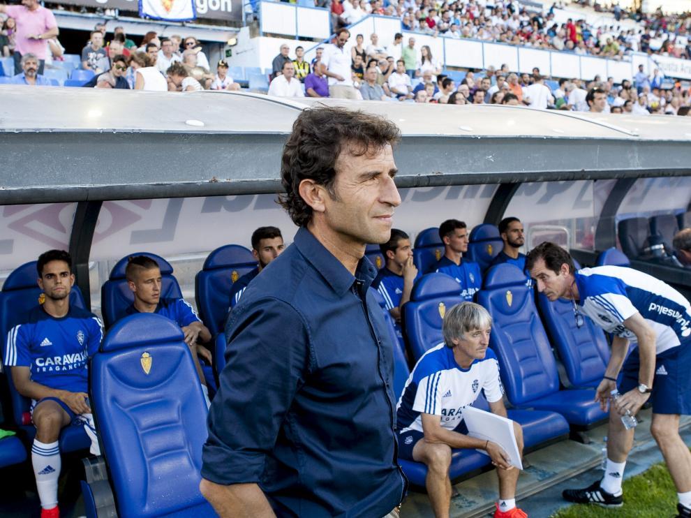 Luis Milla, junto al banquillo del Real Zaragoza