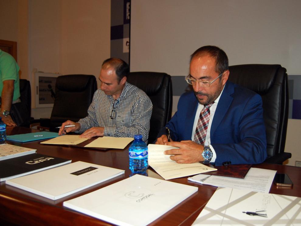 El presidente de la Diputación provincial, Luis Rey y el responsable de la asociación Talea, ,José Ignacio Pérez, han suscrito este lunes un convenio de colaboración.