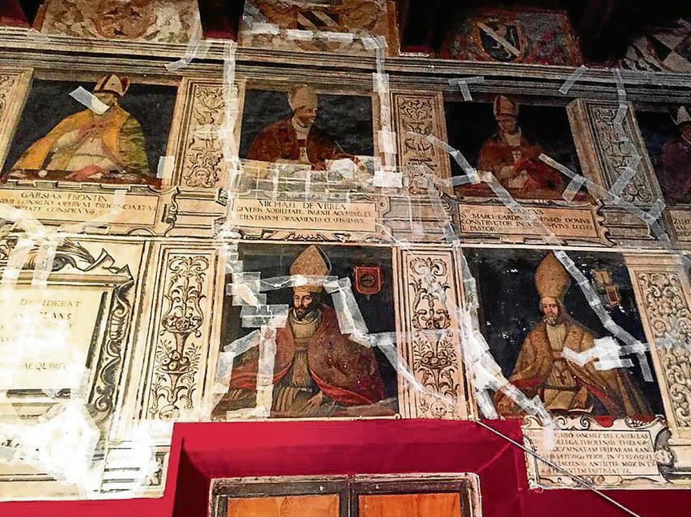 Las cintas adhesivas se han colocado por las pinturas que presentaban grietas para garantizar su protección.