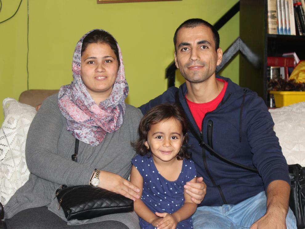 Faten Fareed y Nafea Othman con una de sus cuatro hijos (Aya de 3 años) en Casa Palestina