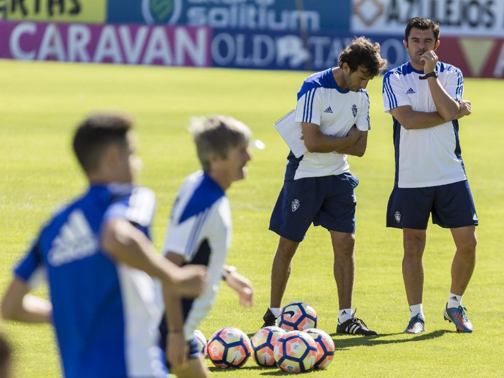 Luis Milla y su segundo, Luis Cembranos, durante el último entrenamiento del Real Zaragoza, este domingo en La Romareda.