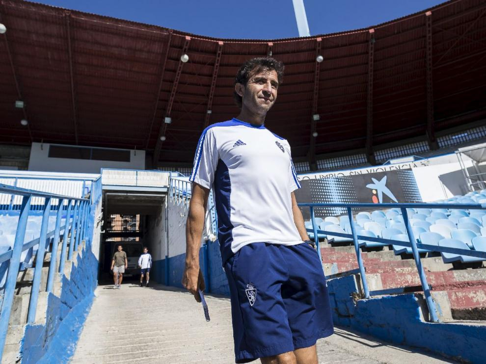 Luis Milla, en la rampa de vestuarios de La Romareda, en las horas previas al debut del Real Zaragoza en la liga ante el UCAM Murcia.