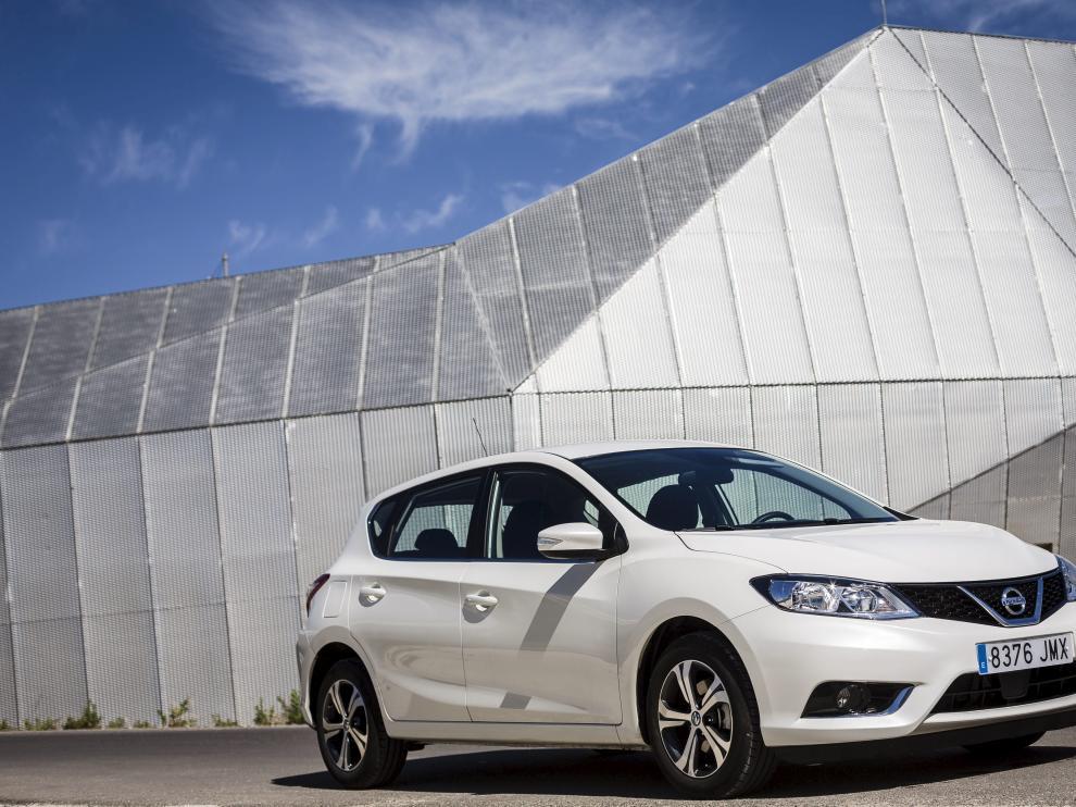 El Nissan Pulsar, ante el telecabina de Zaragoza, tiene un aspecto exterior divertido y mucho espacio interior.