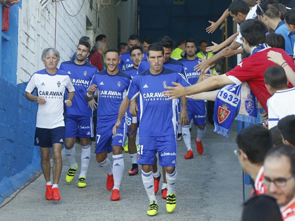 Los jugadores del Real Zaragoza salen a calentar