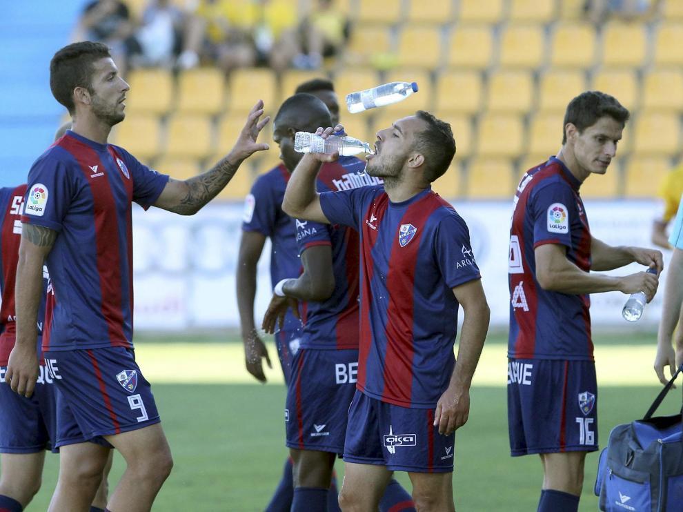 Borja Lázaro, Ferreiro y Soriano beben agua durante el encuentro. Los tres debutaron el sábado.