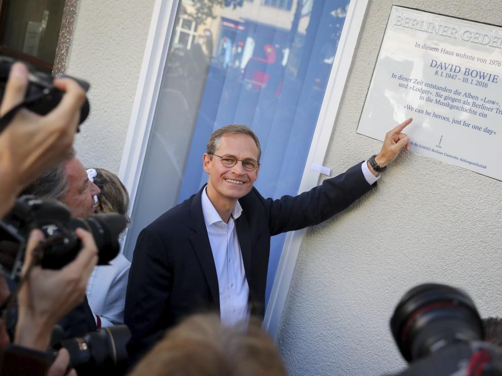 El alcalde de Berlín, Michael Müller, señala la placa colocada en Hauptstrasse 155.