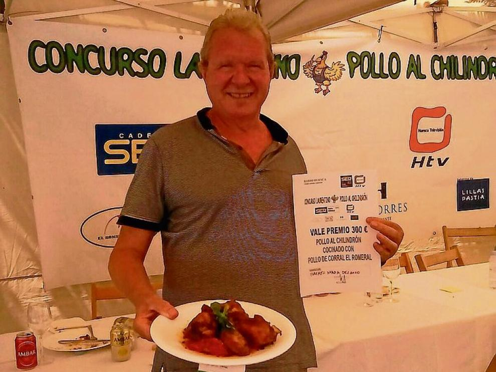El ganador Rafael Maza, con su plato de pollo al chilindrón.