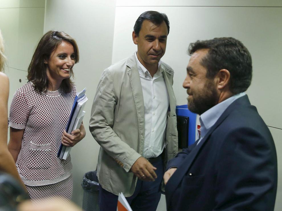 El vicesecretario de Organización del PP, Fernando Martínes- Malillo (c), y la vicesecretaria de Estudios y Programas, Andrea Levy, junto al secreatrio general del grupo parlamentario de Ciudadanos