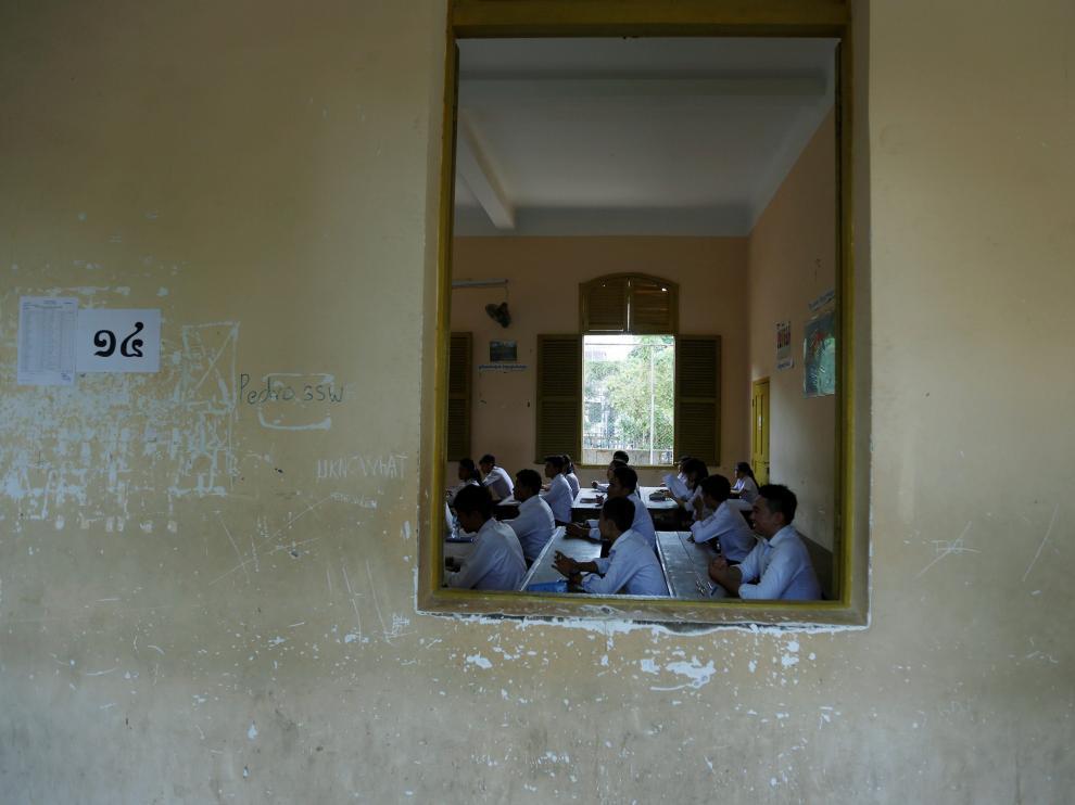 Estudiantes examinándose en un instituto de Phnom Penh.