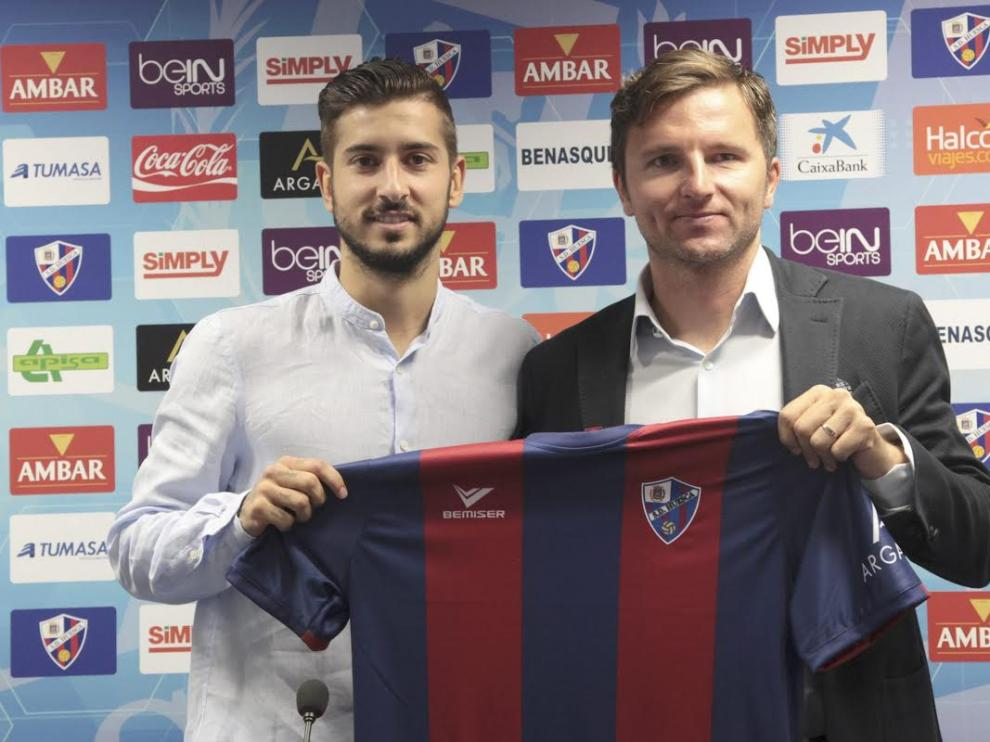 Álvaro Vadillo junto a Lalo Arantegui, director deportivo del Huesca.