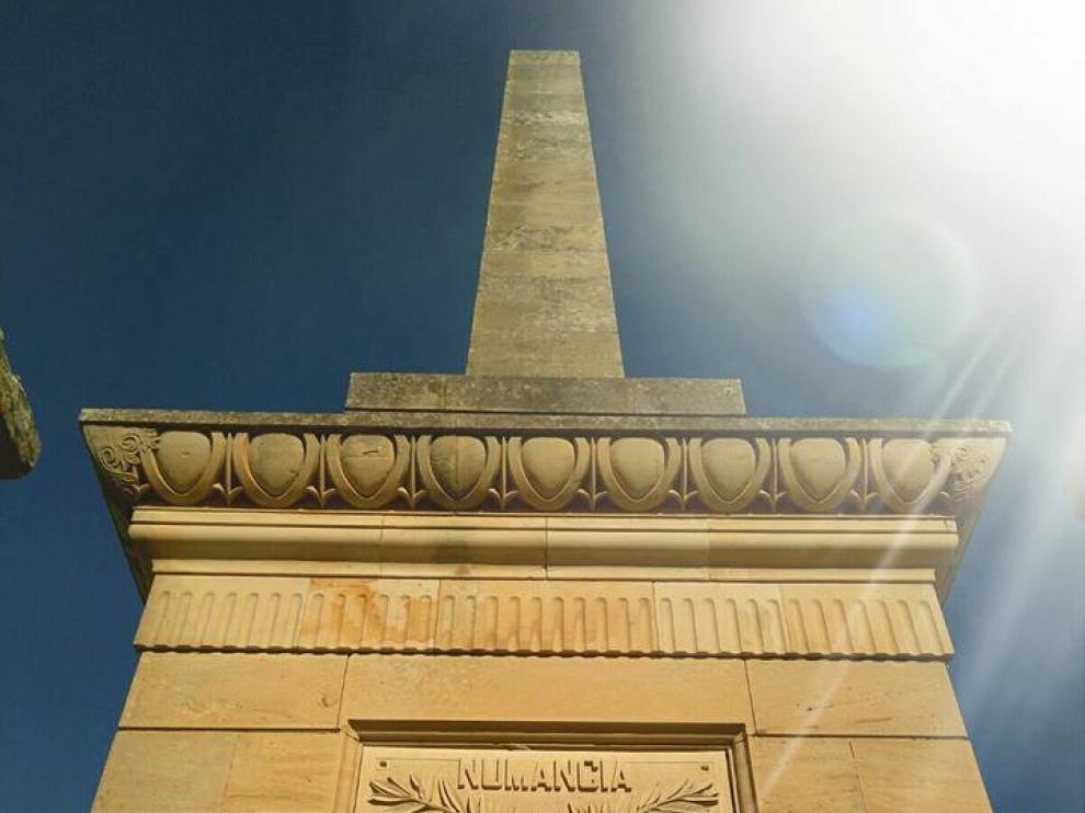 Tierraquemada ha adornado el monolito existente en el yacimiento arqueológico.