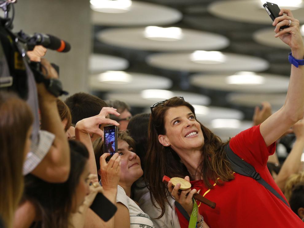 Ruth Beitia se hace un selfie con la medalla de oro en Barajas