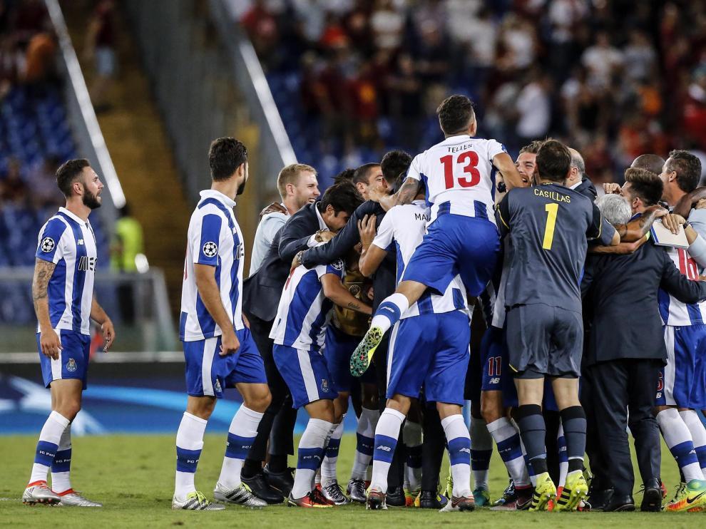 Jugadores del Porto celebran durante el partido clasificatorio